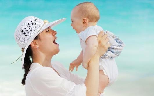 Une mère s'amuse avec son bébé