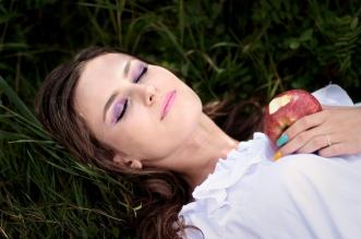 Femme dormir rève nature pomme